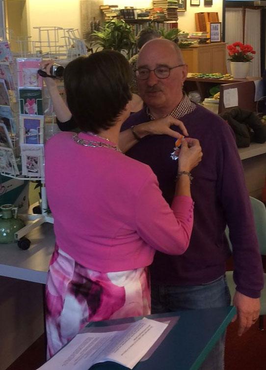 Arie krijgt zijn lintje voor het vrijwilligerswerk.